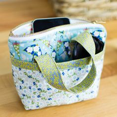 All your favorite fabric scraps are screaming to be sewn into a super cute tiny tote! This free tiny bag pattern is so fun to make. And because it's so small, it's really fast to sew too. Fabric Bags, Fabric Scraps, Sewing Hacks, Sewing Tutorials, Sewing Tips, Sewing Ideas, Luanna, Leftover Fabric, Love Sewing