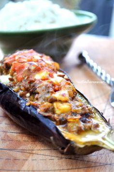 """L'aubergine est un légume que j'apprécie beaucoup, (c'est certainement mon côté méditerranéen ^^), le plus souvent elles finissent en Zaalouk ou """"caviar Baba Ghanouj"""", mais la meilleure façon de cuisiner les aubergines à mon goût est bien celle-ci......"""