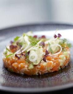 Recette Fraîcheur de saumon et pomme verte : Parsemez le saumon de gros sel et laissez mariner 15 mn au frais. Rincez-le très rapidement et essuyez-le bien. T...