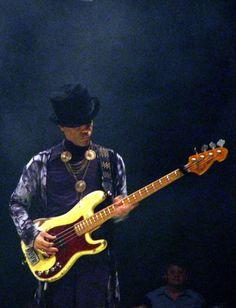 Prince jamming on Ida's bass guitar! Mavis Staples, Sheila E, Purple Rain, Madonna, Bass Guitar Lessons, Guitar Tips, Prince Of Pop, Photos Of Prince, Paisley Park