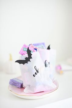 DIY Halloween treat bags with a free spooky word download. #halloween #diy #halloweencandy