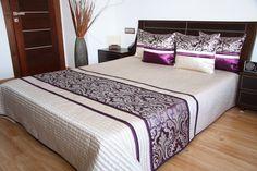 Elegancka jasnobeżowa narzuta na łóżko sypialniane z fioletowym ornamentem