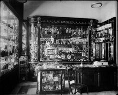 Interior de la tienda de Don Emilio González, situada en Carrera de San Jerónimo, nº 29. Principios del Siglo XX. Archivo Moreno.  Fototeca del Patrimonio Histórico