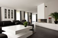 Een modern en strak interieur, met kastenwand, eettafel, salontafel of keuken door de Interieurmakers