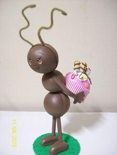 Bichinho de jardim feito em eva e isopor <br>Valor unidade. <br>2 Opções de moidelo: formiga com brigadeiro e formiga com cupcake.