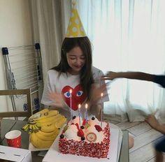 ❝love is a lie, don't tell me bye.❞ where bts is a group of eight an… # Fanfiction # amreading # books # wattpad Birthday Girl Pictures, Birthday Photos, Girl Birthday, Happy Birthday, 17th Birthday Gifts, Ulzzang Korean Girl, Ulzzang Couple, Korean Birthday, Girl Korea