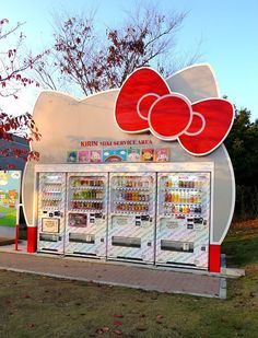 Hello kitty vending machine station in Japan. My best friend is in Japan right now . Very jealous! Vending Machines In Japan, Hello Kitty House, Japon Tokyo, Wonderful Day, Pochacco, Minnie Mouse, Neko, Thinking Day, Sanrio Characters