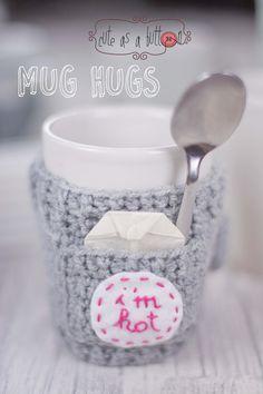 Cute as a button Mug Hug Winterset Häkelanleitung Crochet Coffee Cozy, Crochet Cozy, Crochet Gifts, Cute Crochet, Easy Crochet, Crochet Christmas Decorations, Crochet Kitchen, Crochet Basics, Crochet Accessories