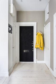 Karlbergsvägen vasastan stockholm hallway white brown black rain coat yellow fantastic frank