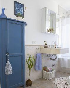 """1,209 Me gusta, 79 comentarios - Vero Palazzo (@veropalazzo) en Instagram: """"El baño azul  . Sin dudas el mueble tipo botinero es el protagonista de este baño. En cuanto llegó…"""""""