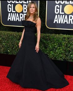 Jennifer Aniston in Dior, Golden Globes 2020 by Jewelersoul. Christian Dior Gowns, Emerald Dresses, Green Gown, Lavender Dresses, Dior Haute Couture, Nice Dresses, Formal Dresses, Looking Dapper, Gowns Of Elegance