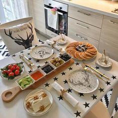 💐「♡ k i m ♡✌︎」💐 - Turkish Recipes Easy Breakfast Table Setting, Breakfast Platter, Breakfast Bread Recipes, Gourmet Breakfast, Breakfast Presentation, Food Presentation, Wooden Kitchen, Kitchen Decor, Brunch Mesa