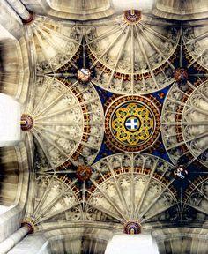 La campana más antigua de la catedral, que cuelga en una jaula encima del centro de Bell de Harry Torre. John Wastell (1460 - 1515) fue un arquitecto gótico Inglés responsable de la torre del crucero (Bell de Harry Tower) de la catedral de Canterbury, Inglaterra. Este es el magnífico techo en esa torre.