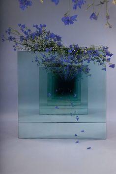 Ein Blick in die Unendlichkeit mit Sarah Meyohas   Es ist schon ein faszinierender Anblick, in einen Spiegel zu schauen, wenn hinter dir noch ein Spiegel steht. Das sorgt dafür, dass du denkst, in...  #Anblick #gegenstand #installation Flower Installation, Artistic Installation, Light Art Installation, Instalation Art, Josef Albers, Antony Gormley, Colossal Art, Mirror Art, Land Art