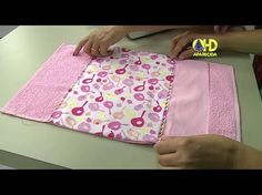Toalha Necessaire por Vanessa Fernandes | Cantinho do Video Craft Tutorials, Sewing Tutorials, Sewing Patterns, Sewing Hacks, Sewing Crafts, Sewing Projects, Fabric Book Covers, Sewing Courses, Diy Wallet