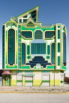 Architect Freddy Mamani Silvestre Is Reinvigorating Bolivia with Colorful Architecture Inspired by Indigenous Cultures Amazing Architecture, Art And Architecture, Architecture Details, Unusual Buildings, Beautiful Buildings, Bolivia, Exterior Design, Interior And Exterior, Structure Paint
