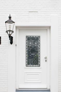 Witte kunststof #voordeur met zwart #sierrooster. De hardstenen dorpel maakt er een pracht entree van. info@denkit.nl