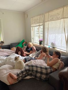 Teenage Love, Teenage Dream, Friends Group Photo, Sleepover, Dream School, Bts Beautiful, Gal Pal, Poses, Coming Of Age