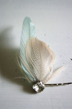 LAUREN Hairpin feather and rhinestone or crystal (use an old earring stud!) bobby pin diy inspiration - DIY and Crafts Feather Crafts, Feather Art, Feather Jewelry, Hair Jewelry, Jewellery, Feathered Hairstyles, Diy Hairstyles, Hair Ornaments, Ornaments Ideas
