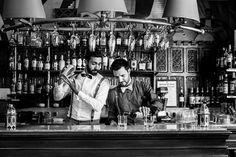 Moment entre hommes au bar du Château de Brindos. Salle de réception sur Anglet. Photographie : Chrystel Echavidre