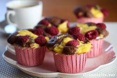 You are what you eat, so stay sweet! Hei! Jeg fikk lyst til å lage noen enkle, men kjempegode muffins igjen, og disse falt virkelig i smak! Myke sjokolademuffins med vaniljekrem og bringebær er slike muffins som ALLE liker! Oppskriften gir ca. 15 muffins.