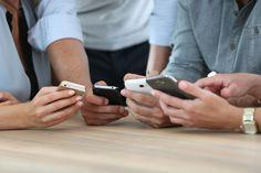 41 Prozent der Meetingbesucher erledigen laut einer Bitkom-Umfrage nebenbei private Sachen - die Mehrheit liest oder beantwortet E-Mails oder SMS, knapp jeder Dritte daddelt sogar...