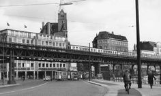 Konkurrenz unter einem Dach – das war für die Chefetage der Hamburger Hochbahn spätestens ab 1957 die Straßenbahn. Dabei ergänzten sich beide Verkehrsmittel hervorragend. Nahe der Landungsbrücken nahm Jörg Zimmer im Oktober 1956 diese Szenerie auf.