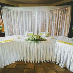 A főasztal mögötti hàttér díszítése fènyekkel és fehér textilekkel; mert a kevesebb néha több :)  #esküvő#esküvődekoráció#rendezvenydekoracio#rendezvény#wedding#weddingbudapest#weddingday#weddingdecoration#weddingoftheday#weddingofinstagram Table Settings, Table Decorations, Wedding, Furniture, Home Decor, Valentines Day Weddings, Decoration Home, Room Decor, Weddings