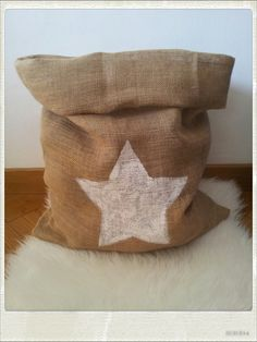 Sac de rangement décoratif en toile de jute et son étoile....  www.facebook.com/sohomeso