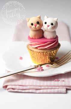 Get ready to wow your sweetheart this February 14th with our super cute and utterly purrfect love cats Valentine cupcake tutorial! Fondant Toppers, Fondant Cupcakes, Cat Fondant, Cupcake Cookies, Heart Cupcakes, Pink Cupcakes, Fondant Animals, Cupcakes Bonitos, Cupcakes Decorados