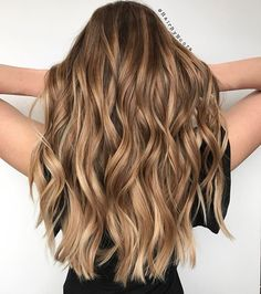 Honey balayage is a golden mean between highlights in blonde and brown. That's why it looks great on almost any base hair color. Balayage Hair Blonde, Brunette Hair, Subtle Balayage, Brunette Color, Blond Shampoo, Ombre Hair Color, Hair Colour, Hair Highlights, Hair Videos