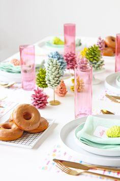 Painted pine cone table decoration. | Decora tu mesa navideña con conos de pino pintados en colores