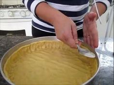 Massa para torta mais fácil do mundo. (massa coringa) - ingredientes: 1 xic. de trigo 3 colheres de açucar 50g manteiga temp. ambiente 1 ovo e 1 gema 1 colher sobremesa de fermento