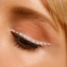 Me: I'll just go for a clean, neutral eye. ⁠⠀ *Adds pearls*⁠⠀ Me: Perfect.⁠⠀ ⁠⠀ Would you try this pearl-lined wing? Glam Makeup, Makeup Inspo, Makeup Inspiration, Makeup Ideas, Eyebrow Makeup, Skin Makeup, Neutral Eyes, Eyeliner Looks, Glamour Photography