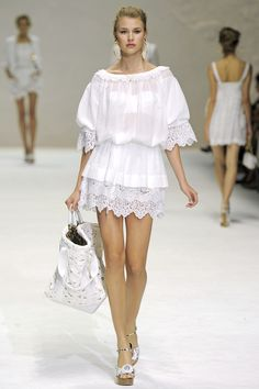 Dolce Gabbana Spring 2011 Ready-to-Wear Collection - Vogue Vogue, Couture Fashion, Fashion Show, Fashion Design, Simple Dresses, Summer Dresses, Dresses 2014, Lace Dress, Dress Up