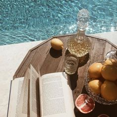 the perfect Summer set up: books and a cocktail poolside
