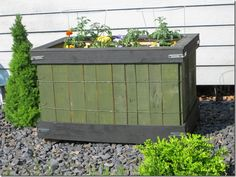 Great planter box from pallet wood.  From Junque Chic 5