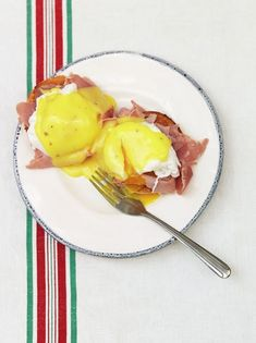 This easy hollandaise sauce recipe is so silky and delicious, you'll never have to go out for brunch again! Just add poached eggs and toasted sourdough. Egg Recipes, Sauce Recipes, Cooking Recipes, Jamie Oliver Hollandaise, Salsa Suave, Recipe For Hollandaise Sauce, Dips, Brunch, Dessert
