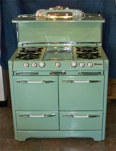 Would love a vintage-look kitchen with this stove & color! Kitchen Stove, Old Kitchen, 1950s Kitchen, Kitchen Design, Kitchen Decor, Kitchen Colors, Kitchen Ideas, Cocina Shabby Chic, Old Stove