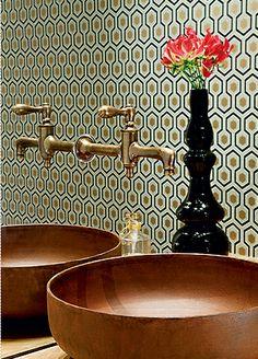 A cuba combina perfeitamente com o visual antigo do banheiro. Fonte: Casa e Jardim