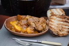 kykNET - Mango-en hoender potjie Filet Steak, Chimichurri, Empanadas, Nachos, Feta, Hamburger, Chicken Recipes, Mango, Pork