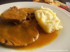 Hoy nos vamos a preparar un delicioso redondo de ternera al horno con salsa. Una receta fácil con un resultado de sobresaliente.