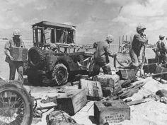 Marines Sur L Ile De Tarawa Dechargent Des Munitions D Une Jeep
