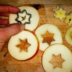 Apfelsterne - die perfekte Idee für eine gesunden und leckeren Kindersnack Einfach den Apfel in Scheiben schneiden und das Kernhaus mit einem Plätzchenausstecher in Sternform entfernen. Schon fertig! Mehr grüne Ideen findet ihr auf meinem Blog...