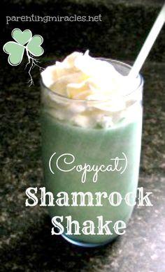 (Copycat) Shamrock Shake - 2 c vanilla ice cream; c milk, cup green creme de menthe, 1 c ice cubes, whipped cream Smoothie Drinks, Smoothie Recipes, Smoothies, Desserts To Make, Dessert Recipes, Fun Drinks, Beverages, Mcdonalds Recipes, Whipped Cream
