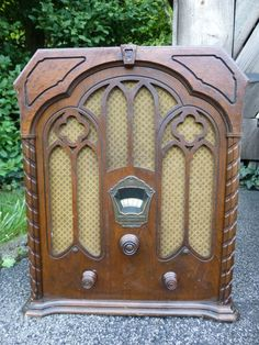 Vintage 1932 Majestic 310-A Gothic Tombstone Tube Radio Powers Up