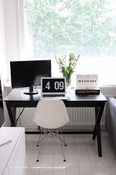 Homevialaura | Home office | work space in livingroom | Eames DSR | MacBook Air | black desk