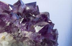 Los cristales son muy útiles en Feng Shui, una mezcla de: Amatista, Citrino y Cuarzo rosa puede favorecer la prosperidad.   Colocarlos en el Sudeste de la casa o negocio, dentro de un bol o recipiente de cristal o porcelana. https://www.facebook.com/pages/Vida-y-Feng-Shui/134972643365688