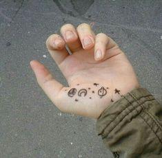 Grunge and pale image mini tattoos, small tattoos, body art tattoos, cool tattoos Mini Tattoos, Cute Tattoos, Body Art Tattoos, Small Tattoos, Tatoos, Kritzelei Tattoo, Doodle Tattoo, Henna Designs, Tattoo Designs