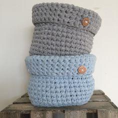 Gehaakte mandjes ! Knit Crochet, Crochet Hats, Crochet Baskets, Baby Baskets, Basket Bag, Cute Baby Clothes, Tote Purse, Cute Babies, Plaid